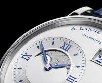 Zum 25-jährigen Jubiläum der Partnerschaft zwischen Wempe und A. Lange & Söhne wird diese auf 25 Exemplare limitierte Große Lange 1 Mondphase aus Weißgold aufgelegt.