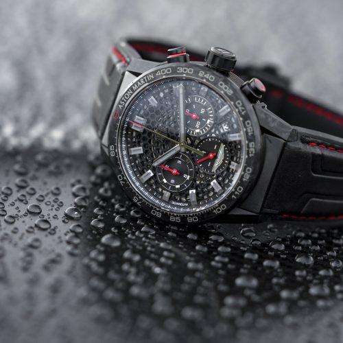 Die Uhr zur Aston Martin DBS Superleggera TAG-Heuer-Edition besitzt die gleichen roten Details wie der Wagen.