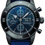 Der Superocean Heritage II Chronograph 44 Outerknown von Breitling besitzt ein Armband aus wiederverwertetem Plastik.