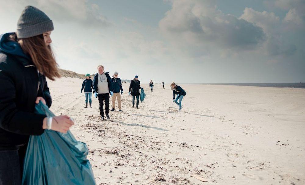 Strandreinigung mit Breitling und der Surfrider Foundation auf Sylt.