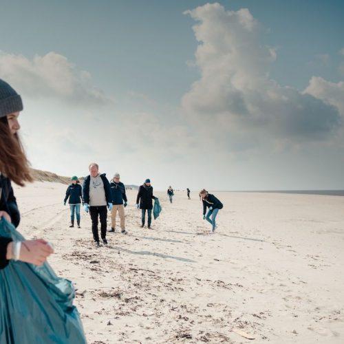 Der oberflächlich sauber erscheinende Strand barg zahlreiche Plastikabfälle.