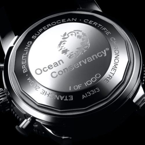 Den Gehäuseboden der Superocean Heritage von Breitling ziert eine Ocean-Conservancy-Gravur.