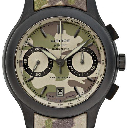 Der Wempe Glashütte Zeitmeister Chronograph Keramik Camouflage besitzt ein grün-braun-beige geflecktes Tarnmuster auf dem Zifferblatt.