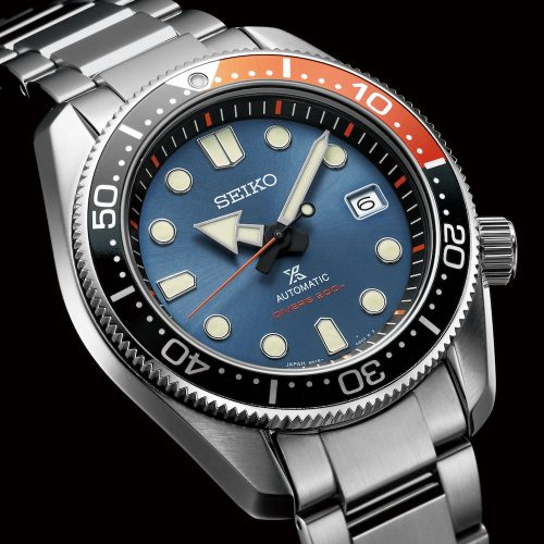 Die Prospex SPB097J1 kombiniert orangefarbene Elemente mit einem dunkelblauen Zifferblatt.