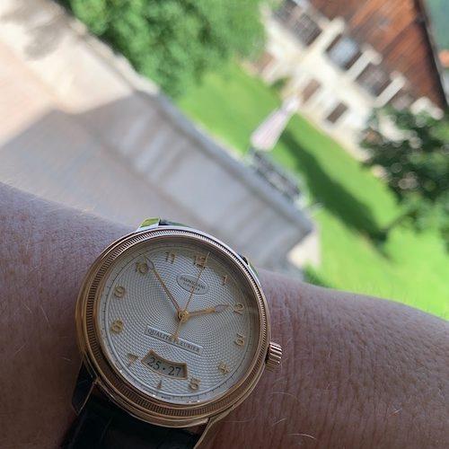 Die besonders anspruchsvolle Qualitätskontrolle Qualité Fleurier hat diese Uhr bestanden.