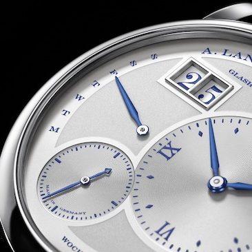 Bei der Lange 1 Daymatic sitzt das Großdatum bei elf Uhr, daneben befindet sich die Wochentagsanzeige.