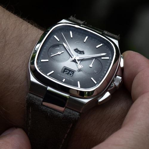 Das graubraune Sondermodell der Seventies Panoramadatum mit passendem Lederband.