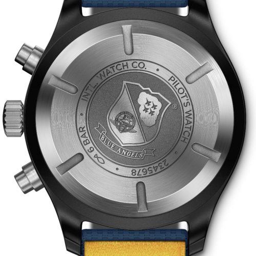 Ein Weicheiseninnenkäfig schützt das Chronographenkaliber vor magnetischen Einflüssen. Den Stahlboden ziert das Wappen der »Blue Angels«.
