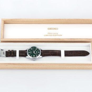 Die Seiko Presage Immergrün wird an einem Krokodillederarmband mit Faltschließe geliefert.